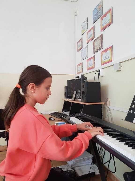 lectii, meditatii, cursuri de canto, chitara, pian constanta 8